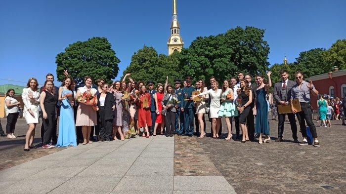 В Петербурге традиционно поздравили лучших выпускников вузов выпускники 2021, праздник, наградили, лучшие, спб